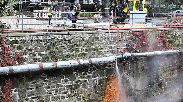 PRÁCE NA PŘÍVODU geotermální vody do objektu Alžbětiných lázní.