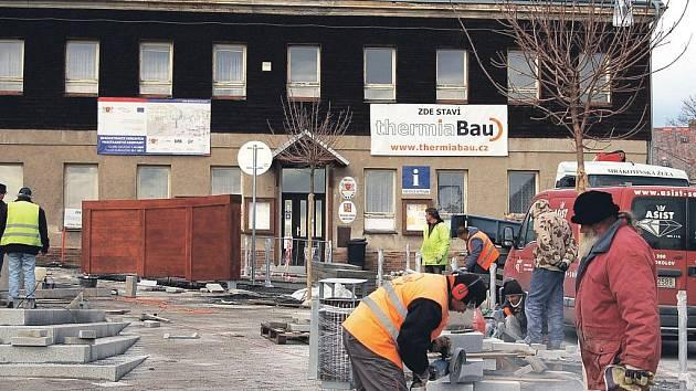 Oprava náměstí v Abertamech.