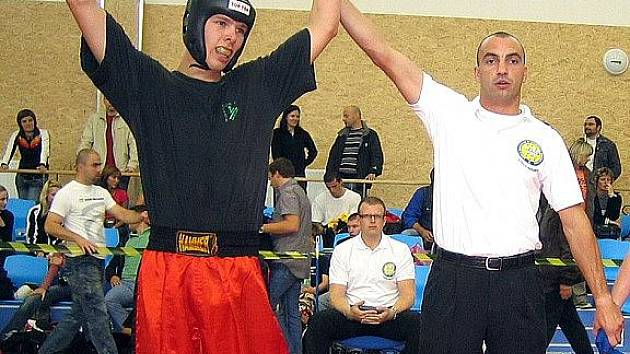 Triumf. Po vítězném finálovém souboji zvedá rozhodčí nad hlavu ruku karlovarského borce Pavla Končila.
