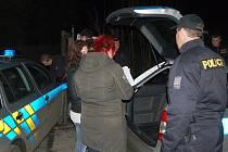 V Karlových Varech se policisté soustředili na řidiče autobusů a taxi, v Ostrově a Hroznětíně pak prověřovali, zda hospodští nepodávají alkohol nezletilým.