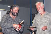 Křest Čtyř mistrů. Knížku kreslených pohádek Dalibora Nesnídala pokřtill spolu s autorem žlutický starosta Jaroslav Vojta (vlevo).