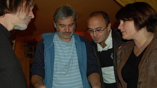 Dostali se. Členové hnutí Doktoři s lídrem Berenikou Podzemskou krátce po ohlášení výsledků voleb.