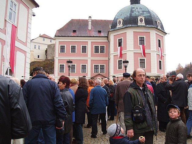 TURISTÉ NEMUSEJÍ BÝT VŽDY VÝHODOU. Bečov je historickým městem, které láká ročně desetitisíce turistů. Potřeboval by proto více peněz do rozpočtu. Ty jsou ale zatím v nedohlednu.