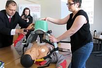 Ředitel Zdravotnické záchranné služby Karlovarského kraje ukazuje v praxi, jak robotický pomocník Lucas 2 masíruje srdce.