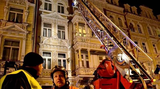 Na místě zasahovalo šest jednotek hasičů. Díky rychlému zásahu se požár nerozšířil na ostatní byty. Na pomoc přijeli i dobrovolní hasiči.