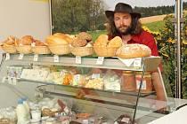Předseda družstva Jaroslav Prchal v novém obchodě, který nabízí nejrůznější biosuroviny. Ten vymysleli farmáři z regionu.