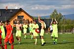 Sedlec (ve žlutém) o víkendu gólově řádil na svém stadionu, když soupeři z Lomnice naložil na cestu zpět půl tuctu branek. Foto: TJ KSNP Sedlec