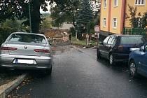 TRHNI SI.  Lidé v Blahoslavově ulici kvůli špatně zaparkovaným vozům nemohou často vyjet z domů.