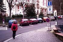 ZA PARKOVÁNÍ si nově zaplatí také majitelé rezidenčních karet ve Svahové ulici.