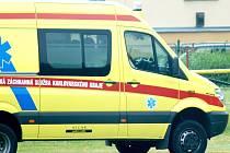 Zraněné pomohli záchranáři a vrtulník ji transportoval do nemocnice.