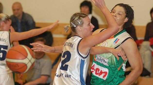 MICHAELA MAGERČIAKOVÁ (vlevo) přispěla k výhře Lokomotivy v Hradci Králové třinácti body.