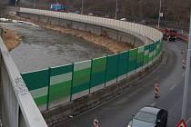 Protihluková bariéra naproti Čertovu ostrovu v Karlových Varech.