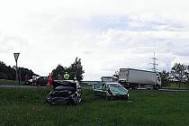 Po nehodě skončila auta v poli