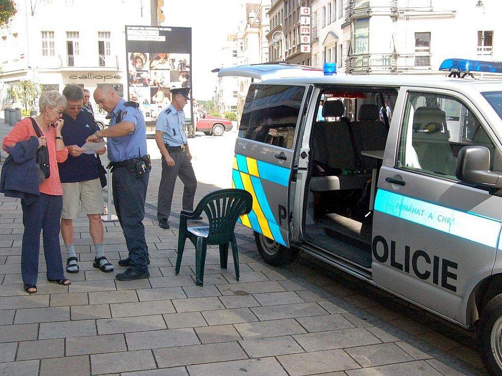 Bezpečnost především. Kvůli MFF budou v pohotovosti policisté, strážníci i hasiči (na snímku festivalová mobilní policejní služebna).