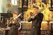 Suverénními exhibicemi čtyř pozounistů ve Žluticích, mistra loutny v Lokti a virtuosa na barokní flétnu v Pomezí vyvrcholil v Karlovarském kraji letošní ročník letního přeshraničního Festivalu uprostřed Evropy na téma Chvění.