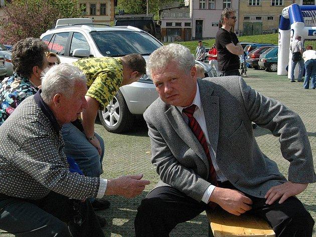 Nedávná akce Den s Deníkem se sice obešla bez politických konfliktů a starosta Vladimír Benda (vpravo) odpovídal lidem na běžné dotazy. Politická situace v Nejdku je ale napjatá.