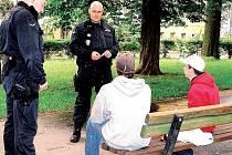 Strážníci Martin Vojta (vpravo) a Stanislav Makovička (vlevo) při kontrole chování mládeže v Městských sadech v Chebu.