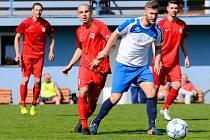 Cennou výhru 2:1 zaznamenal Ostrov (v červeném) v rámci okresního derby na půdě Staré Role (v bílém).