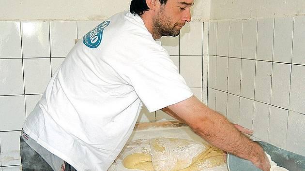 Pokračovatel rodinné pekárny Jan Trávníček se v současnosti nejraději věnuje specialitám. Na snímku právě připravuje várku svatebních koláčků.