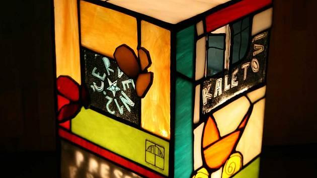 Rodinný podnik v Bečově nad Teplou funguje už řadu let. Unikátní vitráže vyrábějí ve své dílně na zahradě.