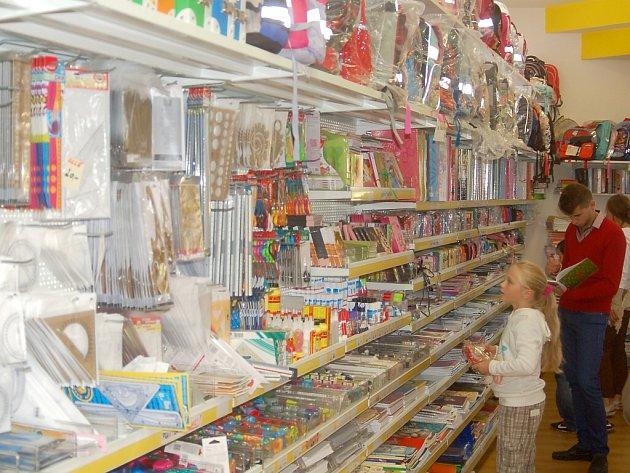 Papírnictví jsou na na začátek školního roku dobře připravena.Výjimkou není ani například papírnictví Pasáž Korejsová v Karlových Varech, kde mají objednaný dostatek zboží.