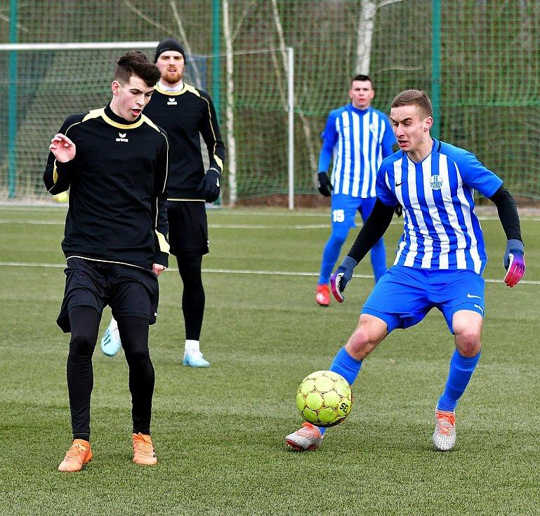Divizní derby mezi ostrovským FK a mariánskolázeňskou Viktorií rozhodla jediná trefa, kterou obstaral viktorián Jakub Lattisch.