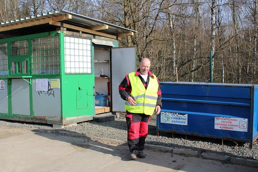 Nový sběrný dvůr se nachází u kompostárny ve Staré Roli. Postará se tu o vás zaměstnanec Zdeněk Maxa