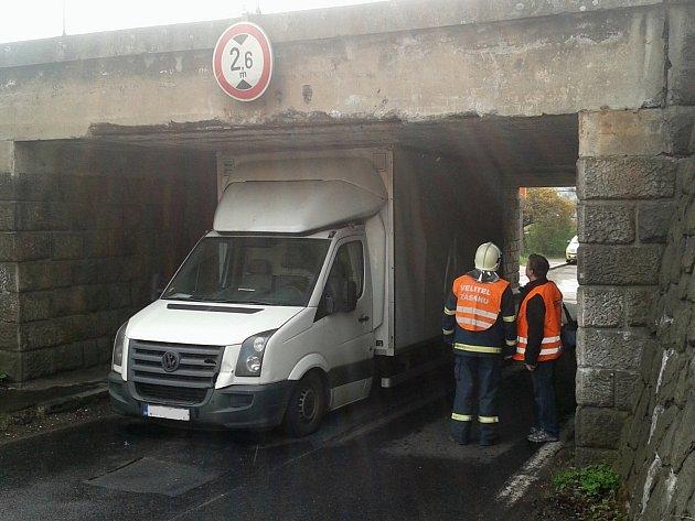 """Řidič doslova """"narval"""" dodávku pod železniční viadukt a zablokoval provoz."""