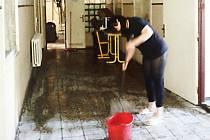 Voda málem ohrozila státnice, prasklé potrubí vytopilo vysokou školu.