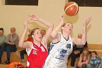 Drama odehrály v hale na Jízdárenské hráčky basketbalové Lokomotivy v dalším kole Středoevropské ligy s družstvem Banské Bystrice. K vítězství domácího týmu přispěla čtrnácti body i Petra Gertsnerová (v bílém).