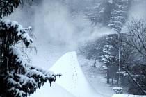 V Perninku v Krušných horách začíná lyžařská sezona. Zatím se sjezdovky jenom zasněžují. Lyžaři se poprvé projedou na svazích o vánočních svátcích.