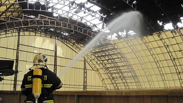 V Sadově shořela střecha skladovací haly.