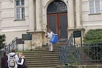 Před Okresním soudem v Karlových Varech (na snímku) v úterý stanuly dvě dnes už bývalé policistky karlovarské cizinecké policie. Prý braly úplatky od cizinců.