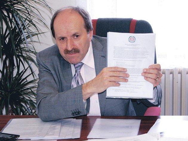 O spolupráci s Vysokou školou Karlovy Vary projevilo zájem Bělorusko, oficiální dokument z Minska ukazuje rektor Pavel Švejda, ale také Rusko a další země.