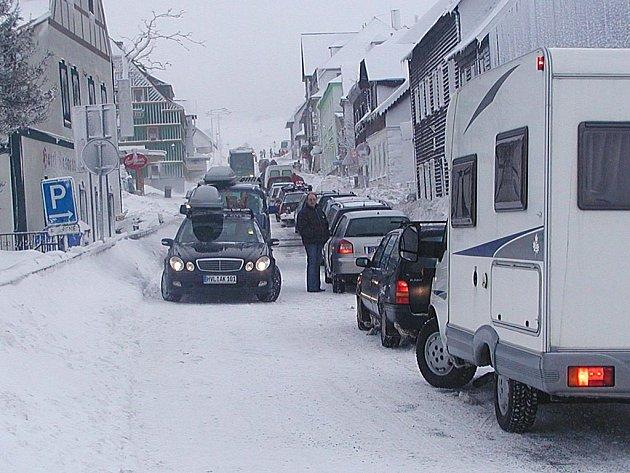 KOLABUJÍCÍ DOPRAVA není v zimních měsících v horách ničím vyjímečným. Málokdo si ale uvědomuje, že kvůli kolonám aut může jít i o život.