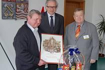 OCENĚNÍ SI ZASLOUŽÍ. Jan Čečrle (vlevo) převzal za pět desítek zachráněných životů včera od hejtmana Karlovarského kraje Josefa Pavla (uprostřed) pamětní list.