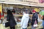 Farmářské trhy s regionálními výrobky jsou v Karlových Varech velmi populární. Stále se musí ale ovšem dodržovat veškerá pravidla a omezení.