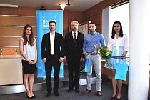 VÝZNAMNÉ OCENĚNÍ. Projekt Internetem bezpečně byl ohodnocen v národním kole Evropské ceny prevence kriminality jako třetí nejlepší. Zakladatel projektu Roman Kohout na snímku druhý zprava.