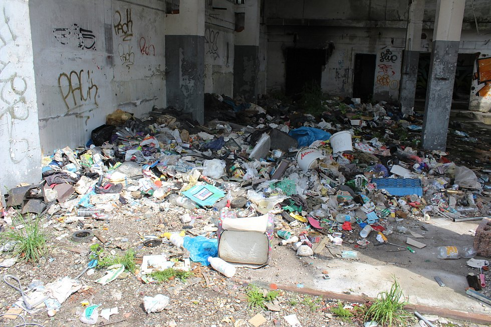 Redaktoři Deníku prošli bývalý areál pivovaru. Je plný odpadků, ale i potřeb pro narkomany. V odstavených kamionech bydlí bezdomovci.