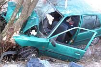Nehoda automobilu na silnici mezi Dobrou Vodou a Teplou.