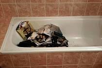 Hadry a papír zapálila ve vaně.