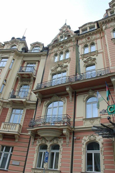 Prodávané hotely v Mariánskolázeňské ulici. Když se před lety opravovaly, zvedla se velká vlna kritiky. Ne vždy byla rekonstrukce vůči objektům zcela citlivá.