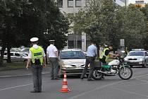 V úterý 2. srpna došlo k dopravní nehodě osobního automobilu a policejního motocyklu na karlovarské Západní ulici