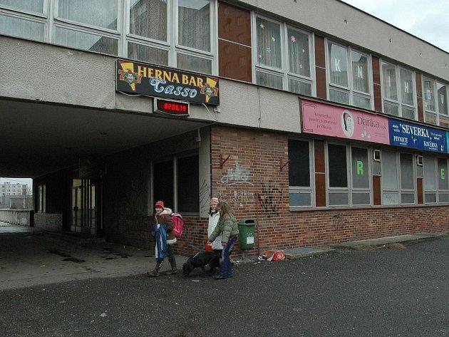 HERNA JEDE DÁLE. Hernu v Severce stále provozuje firma Casso Invest bratrů Zádamských. Ta se nachází v blízkosti základní školy. Kolem Severky projdou denně stovky dětí.