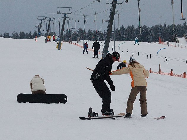 PŘILBA JE NUTNOST. Horská služba i provozovatelé lyžařských areálů se shodují na tom, že by lidé měli mít na snowboardu i lyžích raději ochranné přilby. Řada z nich je nepoužívá a riskuje.