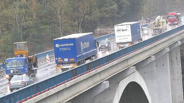 Most u Transmotelu na silnici R6. Rekonstrukce dosluhujícího mostu zbrzdí dopravu.