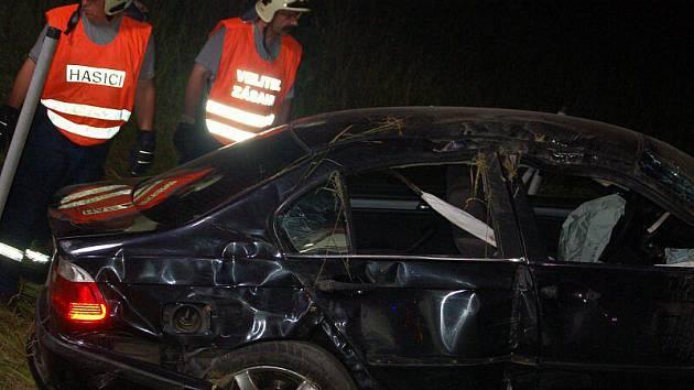 Při nehodě zemřel dvacetiletý řidič osobního automobilu. Dva spolujezdci jsou v Karlovarské krajské nemocnici ve vážném stavu.