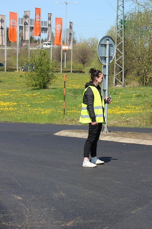Na tento víkend naplánovali silničáři opravu okružní křižovatky v Jenišově. Provoz je zde výrazně zpomalen.