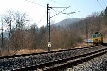 ŽELEZNIČNÍM úsekem mezi Vojkovicemi a Stráží nad Ohří se nyní budou prohánět vlaky po opraveném mostě. Jeho havarijní stav byl dlouhodobě nevyhovující.