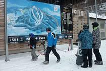 LYŽAŘI PŘIJÍŽDĚJÍCÍ do Skiareálu Plešivec ze směru od Karlových Varů mohou ve Pstruží využít parkoviště s veškerým zázemím a odtud se pak dopravit na sjezdovky jednou ze tří sedačkových lanovek.